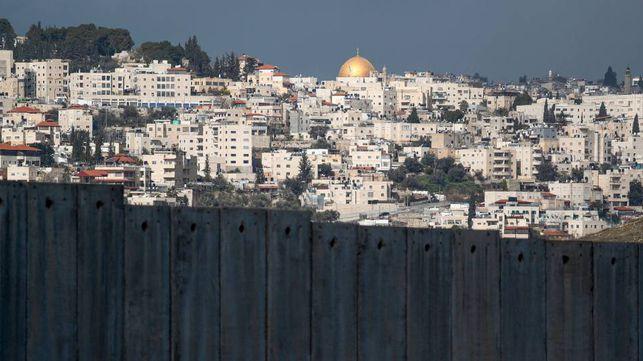 La Cúpula de la Roca de Jerusalén vista desde Abu Dis, al otro lado del muro.