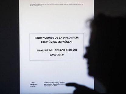 FOTO: Una mujer lee la tesis de Pedro Sánchez en un ordenador. / VÍDEO: Declaraciones de Lluis Val, responsable en España del programa Turnitin.