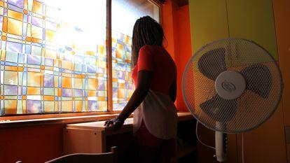 Una exprostituta, en un centro de apoyo social para niñas víctimas de trata en Catania (Italia).