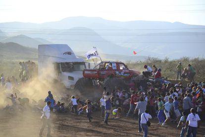 Un 'monster truck' arrolla a los espectadores en México.