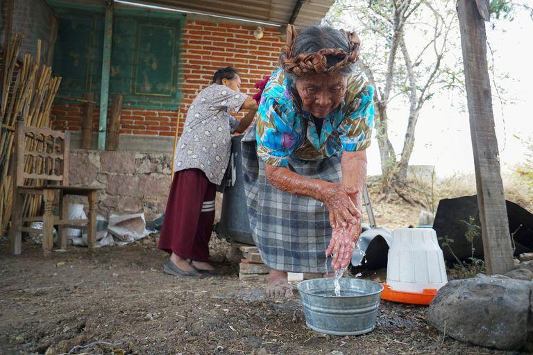 Una mujer zapoteca se lava las manos en Teotitlán del Valle, en el Estado mexicano de  Oaxaca.