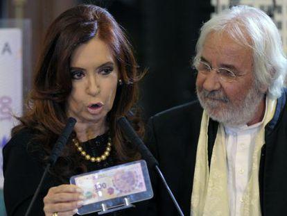 Fernández muestra el nuevo billete de 100 pesos diseñado por Roger Pfund (derecha).