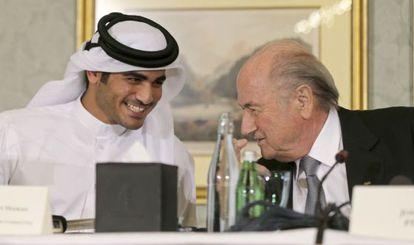 El jeque Mohammed Al-Thani, responsable del Mundial de 2022, con Joseph Blatter, presidente de la FIFA