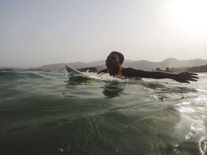 Kadiatu en el mar. Cada ola es un entrenamiento para esta chica que sueña con ser olímpica.