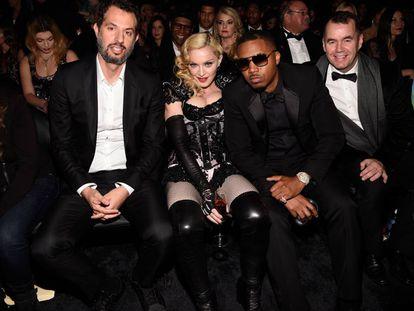 Guy Oseary, Madonna y Nas attend, en la entrefa de los premios Grammy de 2015.
