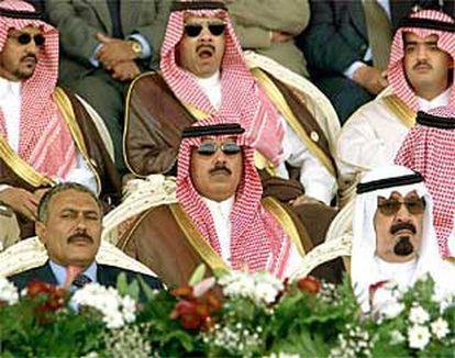 El presidente de Yemen (al fondo a la izquierda), durante un desfile militar con el príncipe saudí (al fondo a la derecha).