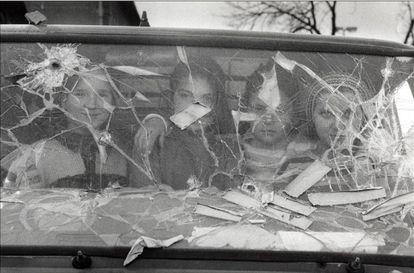 Cuatro niñas miran desde el interior de una furgoneta destrozada en Sarajevo (Bosnia-Herzegovina), marzo de 1994.