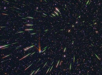 Si prolongamos todos los trazos de las estrellas fugaces (meteoros) que aparecen en esta imagen, el punto imaginario en el que todos se cortarían recibe el nombre de radiante de la lluvia de estrellas, y es el que da nombre a la lluvia.
