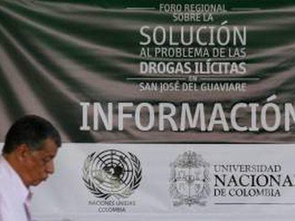 Un hombre asiste este jueves 3 de octubre de 2013, a la clausura del Foro Regional sobre la Solución al Problema de las Drogas Ilícitas, en San José del Guaviare al oriente de Colombia.