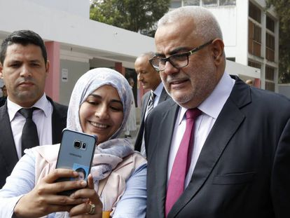 El presidente de Marruecos y líder del Partido Justicia y Desarrollo (PJD) posa junto a una seguidora el 7 de octubre, día las elecciones legislativas.