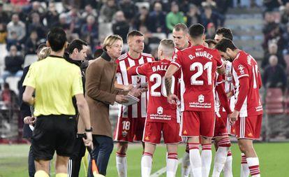 Guti da órdenes a sus futbolistas en el Almería - Mirandés.