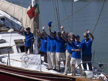 Tripulantes del 'Pros' saludan al zarpar de Sevilla para iniciar la travesía que emulará la circunnavegación de Magallanes y Elcano.