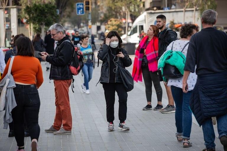 Una joven camina por zonas cercanas a la Sagrada Familia, en Barcelona.
