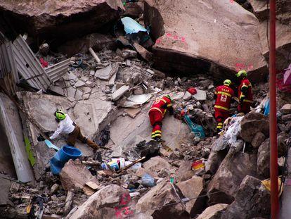 Rescatistas trabajan en la zona del derrumbe en busca de sobrevivientes.