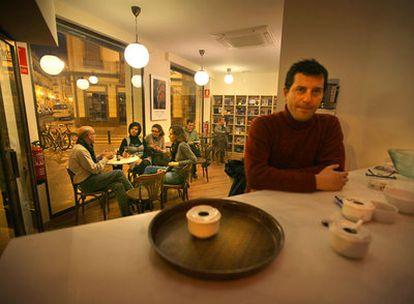 Miguel Fuentes, dueño de Cosecha roja, una de las tres librerías-bar que han aparecido en Russafa.