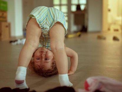 Un niño se da una voltereta.