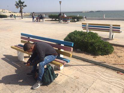 Un joven, en el paseo marítimo de Dajla, este sábado.