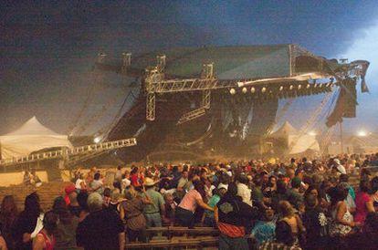 Momento en que se derrumba el escenario en el reciento ferial de Indianapolis.