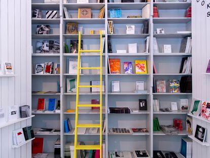 Libros en una estantería.