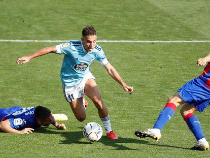 Emre Mor regatea a Damian Kadzior y Paulo Oliveira este sábado en Ipurúa en el partido entre el Eibar y el Celta.