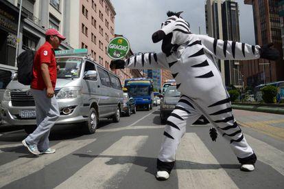 Omar en la calle Pérez Velasco saluda a los conductores mientras regula el tráfico paceño.