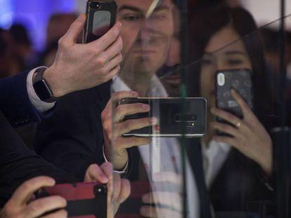 Asistentes al MWC19 fotografían el  Huawei Mate X.