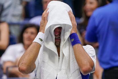 Novak Djokovic se cubre con una toalla mientras llora durante una pausa de la final.