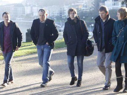 Hasier Arraiz, Pernando Barrena y Rufi Etxeberria se encaminan hacia el Palacio Miramar donostiarra.