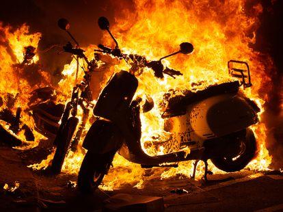 Incendio provocado por los manifestantes que apoyan a Pablo Hasél durante los disturbios en Barcelona el 17 de febrero de 2021.
