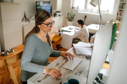 Soluciones como Zoom o Slack se han incorporado a las rutinas en el ámbito laboral, permitiendo desarrollar un modelo de trabajo híbrido.
