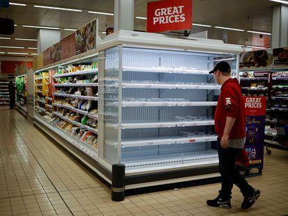 Un cliente mira una estantería vacía en un supermercado del barrio londinense de Walthamstow, en Reino Unido, el 21 de septiembre de 2021.