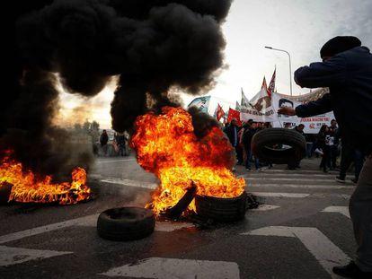 Manifestantes en huelga queman neumáticos en un piquete en uno de los accesos a Buenos Aires.