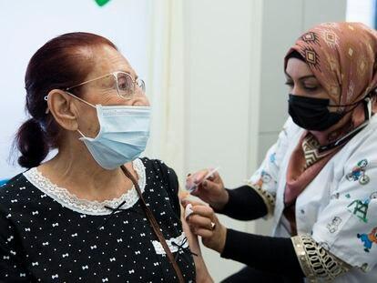 Una sanitaria inyecta la tercera dosis de la vacuna contra la covid a una mujer, el 1 de agosto en Hadera (Israel).