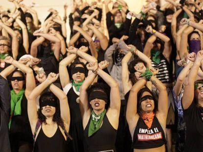 Un grupo de mujeres participa en la 'performance' 'Un violador en tu camino' en Río de Janeiro (Brasil), el pasado 3 de diciembre.
