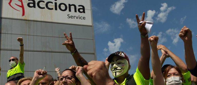Trabajadores de Acciona Facility Services, en la planta de Nissan de Barcelona.