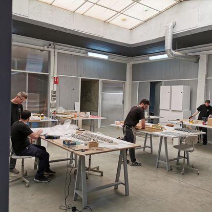 En el taller de Métrica Mínima trabajan estos días en las cinco maquetas del Museo del Prado que se expondrán con motivo del 200 aniversario. Calculan que el trabajo completo les llevará cinco meses. |