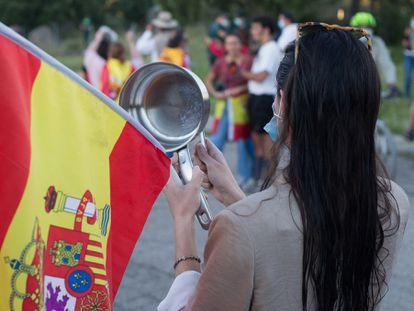 Varias personas participan en una cacerolada cerca de la casa del exvicepresidente Iglesias y la ministra Montero en Galapagar (Madrid), en 2020.