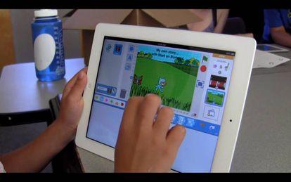 Niña programando con Scratch Jr en una tablet.