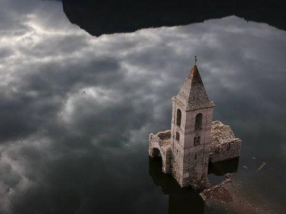 Igreja submergida em Vilanova de Sau, Catalunia, Espanha, 11 de janeiro 2018