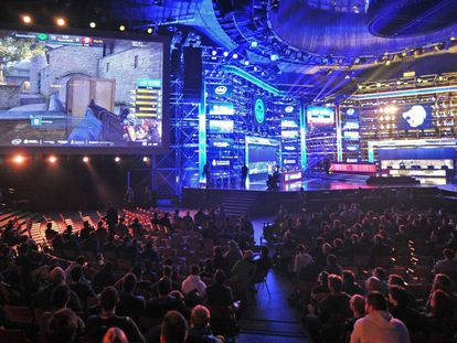 Un grupo de aficionados sigue en directo una competición de eSports en Polonia.