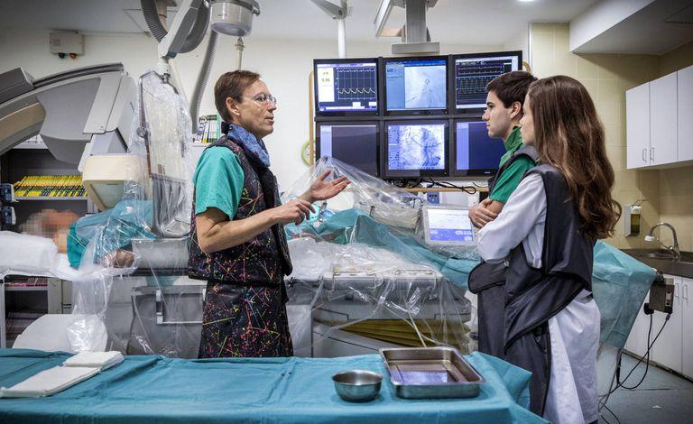 Dos alumnos de la Universidad de Valencia escuchan a un cardiólogo.