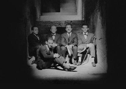 Lorca (con bastón) y Falla (en segundo término, segundo por la izquierda).