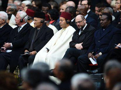 El hermano del rey Mohamed VI, el príncipe Mulay Rachid (de blanco, centro de la foto), durante el funeral por Mário Soares en Lisboa.