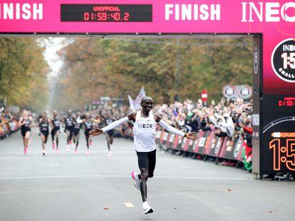 El símbolo de la revolución tecnológica: Eliud Kipchoge corre en Viena un maratón en menos de dos horas con un modelo de Nike.