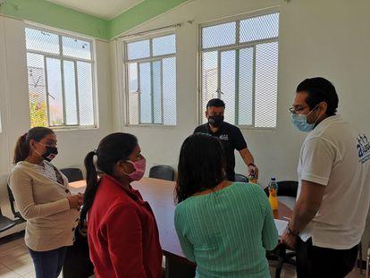 Integrantes de la asociación civil Asílegal imparten talleres a familiares de personas indígenas presas en el Centro Penitenciario de Iguala, Guerrero.