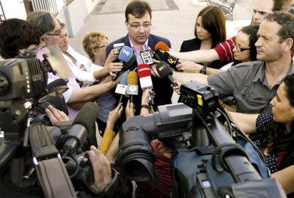 El presidente Guillermo Fernández Vara comparece ante los medios en Olivenza (Badajoz)