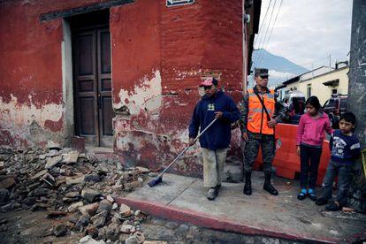Un trabajador municipal limpia los escombros en la ciudad de Santiago de los Caballeros de Guatemala tras el terremoto.