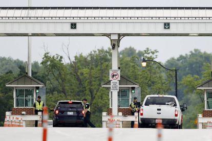 Dos coches acceden a la prisión de Fort Leavenworth, este miércoles