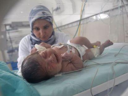 Una enfermera atienda a un bebé en un hospital al sur de Gaza.