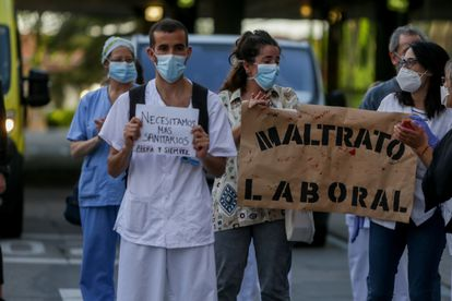 Personal sanitario del Hospital Clínico San Carlos de la Comunidad de Madrid en la primera protesta de la desescalada del personal sanitario el 25 de mayo de 2020.